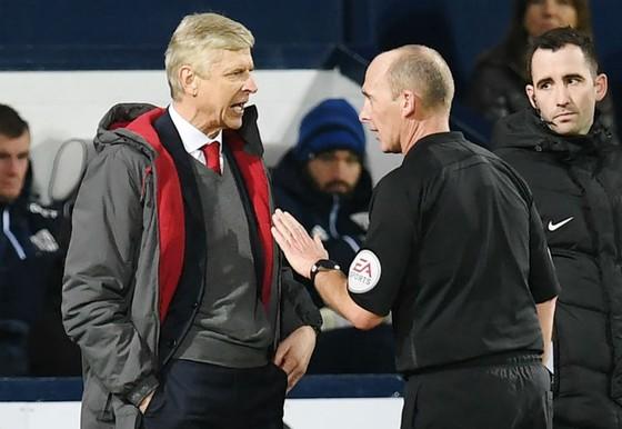 HLV Arsene Wenger phản đối trọng tài Mike Dean, và giờ tiếp tục công kích Anthony Taylor. Ảnh: Getty Images