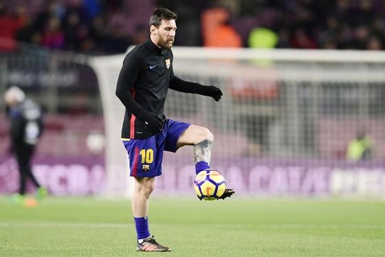 Cha Messi bác bỏ tin đồn con trai có cài điều khoản rời Barca vào hợp đồng.
