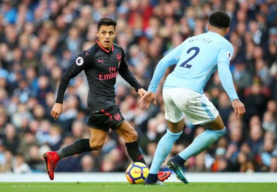 Alexis Sanchez sẽ sớm không còn là mối đe dọa của hàng phòng ngự Man.City? Ảnh: Getty Images