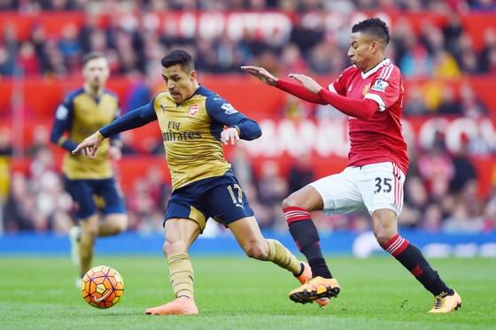 Alexis Sanchez (trái) tiến gần đến thời điểm không còn là đối thủ của Man.United. Ảnh: Getty Images
