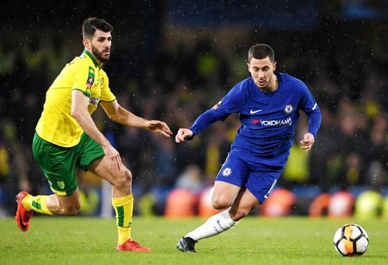 Eden Hazard (phải) nỗ lực đi bóng trước Nelson Oliveira (Norwich). Ảnh: Getty Images