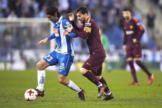 Messi (phải) đá hỏng penalty, qua đó khiến Barca thua trận.Ảnh: Getty Images