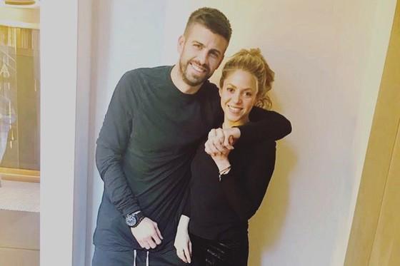 Pique tình tứ bên Shakira trong giai đoạn khó khăn của nữ ca sĩ người Colombia.