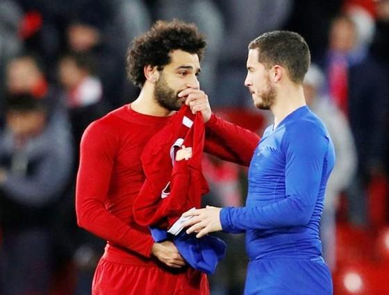 Cả Hazard (xanh) và Salah sẽ không được Real chiêu mộ vào kỳ chuyển nhượng đông này. Ảnh: Getty Images