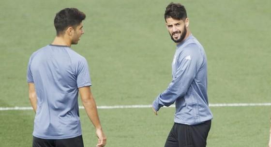 Isco (phải) và Asensio đã nhận cảnh báo từ HLV Lopetegui. Ảnh AS.