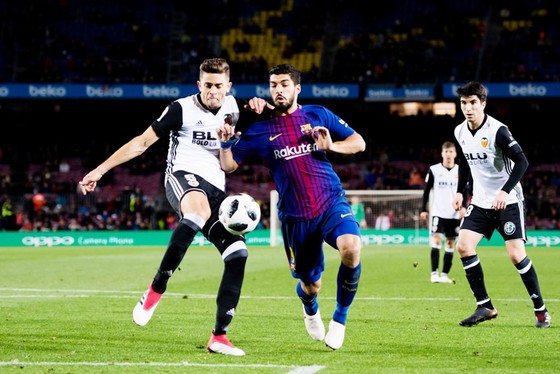 Suarez (đỏ xanh) ghi bàn quyết định cho Barca. Ảnh: Getty Images.