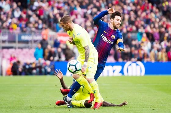 Getafe đã khiến cho Messi (đỏ xanh) và đồng đội gặp khó.Ảnh: Getty Images