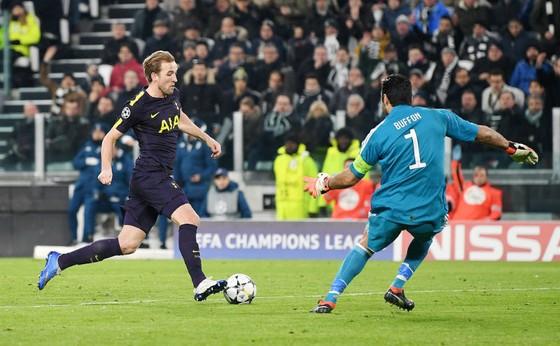 Harry Kane trong khoảnh khắc vượt qua Gianluigi Buffon. Ảnh: Getty Images