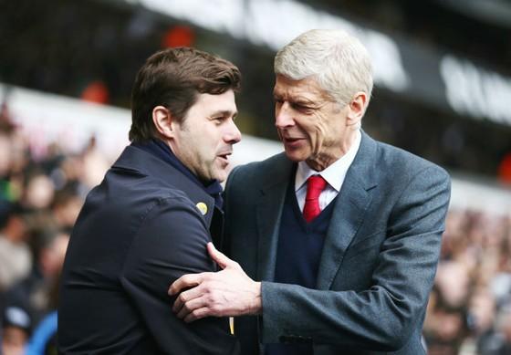 """Mauricio Pochettino (trái) dường như đang muốn """"nhắc khéo"""" Arsene Wenger. Ảnh: Getty Images"""