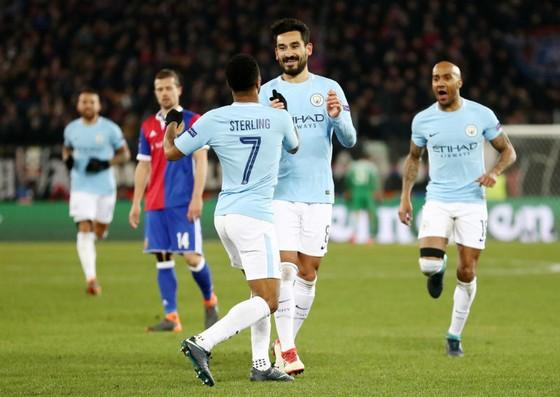 Ilkay Gundogan (giữa) mừng bàn thắng vào lưới Basel ở lượt đi vòng 1/8. Ảnh: Getty Images