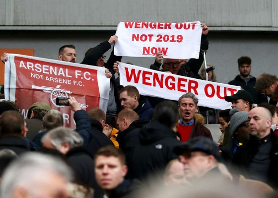 Vô số biểu ngữ yêu cầu Arsene Wenger từ chức ngay lập tức. Ảnh: Getty Images