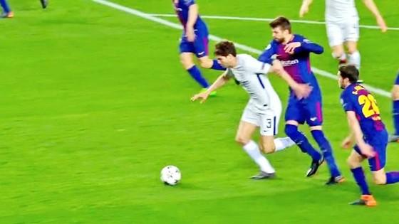 Pique dùng tiểu xảo kín với Alonso. Ảnh AS.