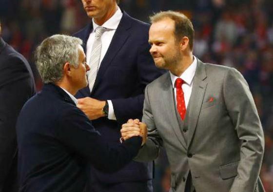 Jose Mourinho đang gây áp lực lên nhân vật đứng đầu công tác chuyển nhượng, Phó chủ tịch điều hành Ed Woodward (phải)? Ảnh: Getty Images