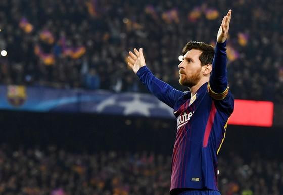 """Messi """"dằn mặt"""" luôn cả trọng tài.Ảnh: Getty Images"""