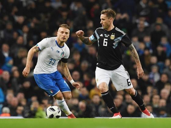 Argentina (đen) dễ dàng đánh bại Italia. Ảnh: Getty Images