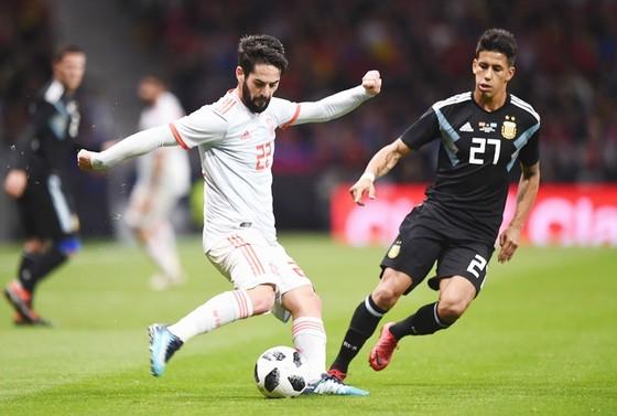 Isco (trắng) có màn chói sáng trước Argentina. Ảnh: Getty Images