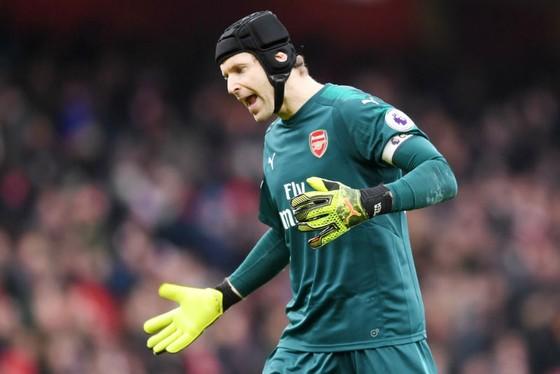 Petr Cech thất vọng khi là một phần trong mùa giải tệ hại của Arsenal. Ảnh: Getty Images