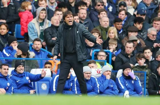 Hlv Antonio Conte nỗ lực chỉ đạo ở trận gặp Tottenham. Ảnh: Getty Images