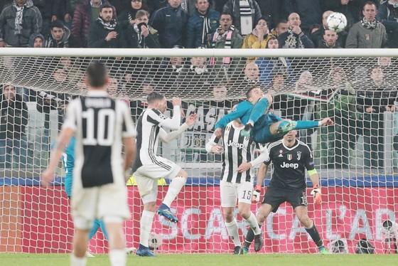 Ronaldo lập siêu phẩm. Ảnh: Getty Images