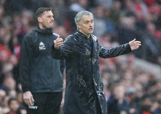 HLV Jose Mourinho với dáng vẻ thất vọng chứng kiến màn trình diễn nhợt nhạt của các học trò. Ảnh: Getty Images