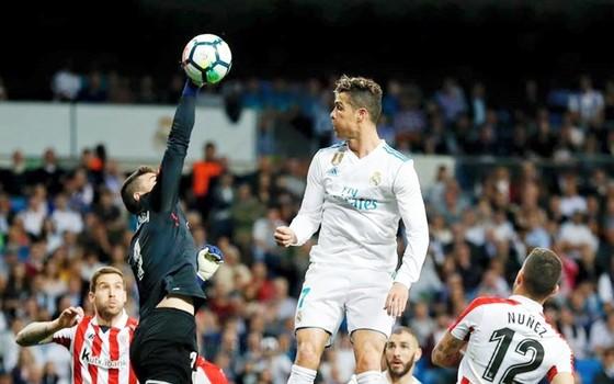 Ronaldo bật cao gần bằng thủ thành Kepa Arrizabalaga cộng sải tay. Ảnh: Getty Images