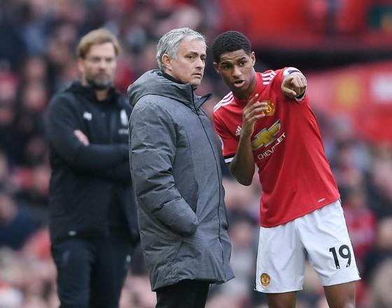 HLV Jose Mourinho vẫn kiên nhẫn mong chờ sự phát triển của các cầu thủ trẻ. Ảnh: Getty Images