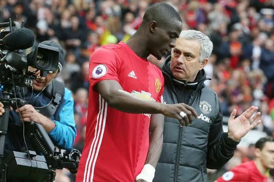 HLV Jose Mourinho không dùng Eric Bailly (trái) vì muốn các cầu thủ khác tìm kiếm cơ hội World Cup. Ảnh: Getty Images