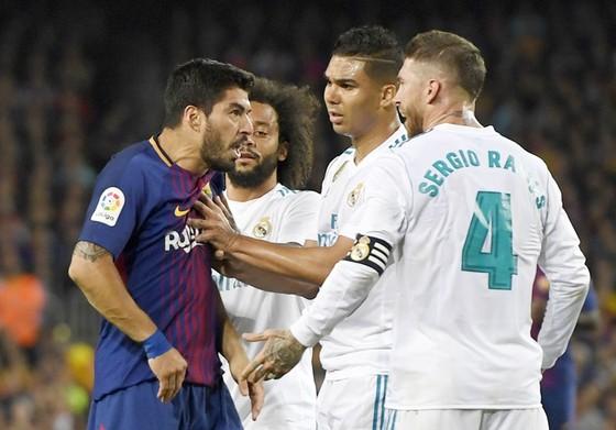 Suarez cãi nhau kịch liệt với Ramos. Ảnh: Getty Images