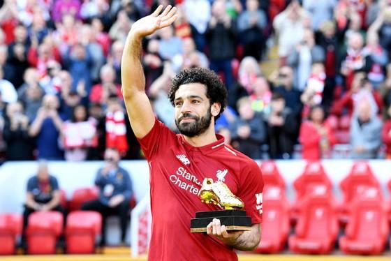Mohamed Salah hạnh phúc khoe Giầy vàng. Ảnh: Getty Images