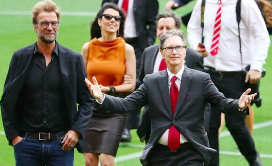 Ông chủ John W. Henry (phải) hào hứng bên cạnh HLV Jurgen Klopp. Ảnh: Getty Images