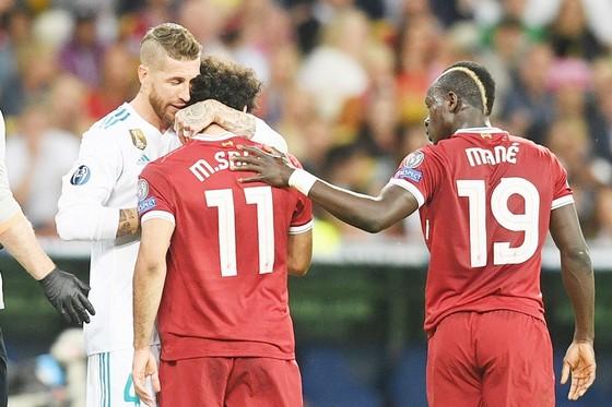 Tình huống va chạm giữa Ramos và Salah vẫn còn nhiều tranh cãi. Ảnh: Getty Images