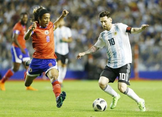 Lionel Messi (phải) đã phát đi tín hiệu cảnh báo về phong độ bằng cú hat-trick. Ảnh: Getty Images