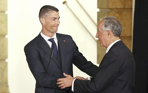 Ronaldo tươi cười cùng Tổng thống Bồ Đào Nha. Ảnh AP.