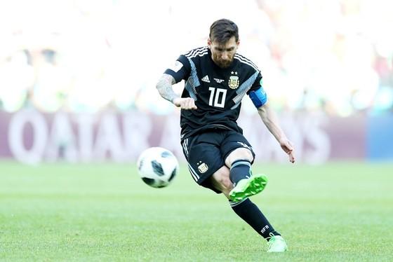 Messi đau đớn khi bỏ lỡ tình huống trên chấm penalty. Ảnh Getty Images