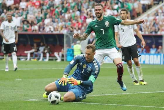 Manuel Neuer đã rất vất vả vì màn thể hiện thất vọng vừa qua. Ảnh: Getty Images