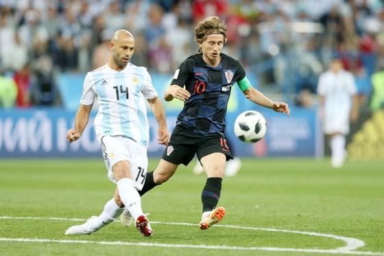 Luka Modric ngăn chặn Javier Mascherano ngay từ đường phát động tấn công đầu tiên. Ảnh: Getty Images