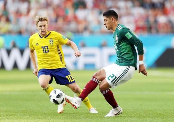 Mexico (phải) kiểm soát tốt thế trận ở hiệp đầu. Ảnh FIFA