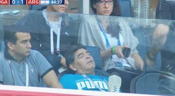 Maradona bị tung tin đồn thất thiệt. Ảnh cắt từ clip.
