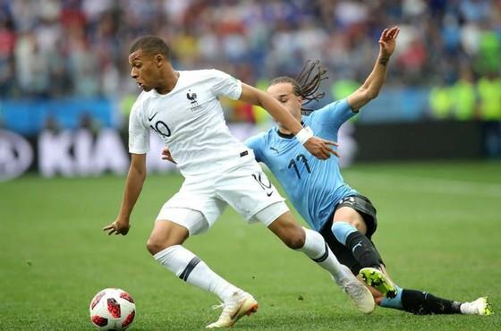 Kylian Mbappe đi bóng trước hậu vệ Uruguay. Ảnh: Getty Images