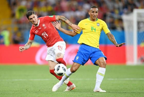 Danilo (phải) đã phải kết thúc giải chỉ sau 1 trận ra sân. Ảnh: Getty Images