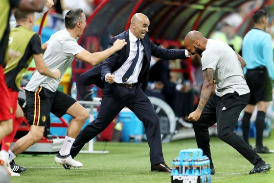 HLV Roberto Martinez (giữa) cùng cộng sự mừng chiến tích thắng Brazil. Ảnh: Getty Images