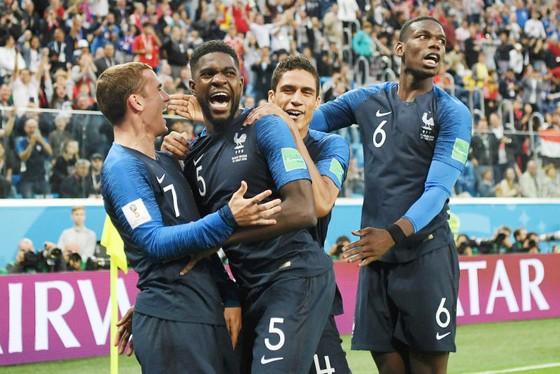 Trung vệ Samuel Umtiti (giữa) đã sắm vai người hùng của tuyển Pháp. Ảnh: Getty Images