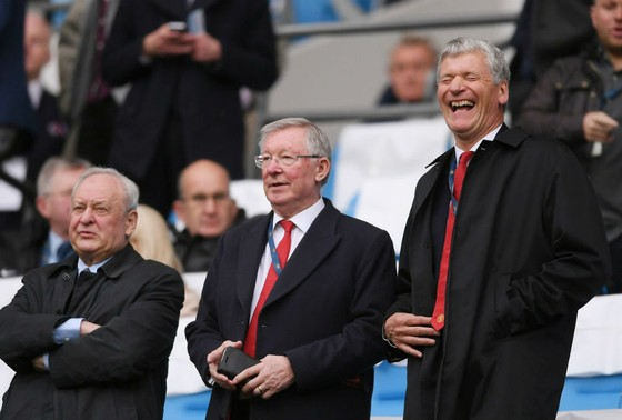 Sir Alex Ferguson (giữa) sẵn sàng trở lại khán đài Old Trafford để cổ vũ đội bóng cũ. Ảnh: Getty Images