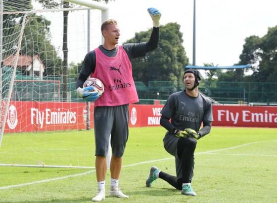 Bernd Leno (trái) và Petr Cech trên sân tập. Ảnh: Arsenal FC via Getty