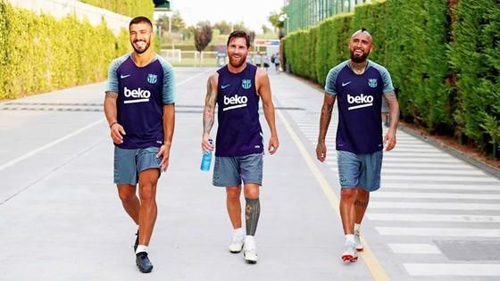Vidal (phải) làm thân với Messi trong buổi tập đầu tiên. Ảnh: Getty Images