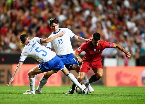 Italia (trắng) đã nhận thất bại trước Bồ Đào Nha. Ảnh Getty Images.