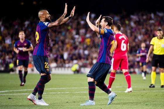 Messi sớm ghi bàn từ đường kiến tạo của Vidal. Ảnh: Getty Images.