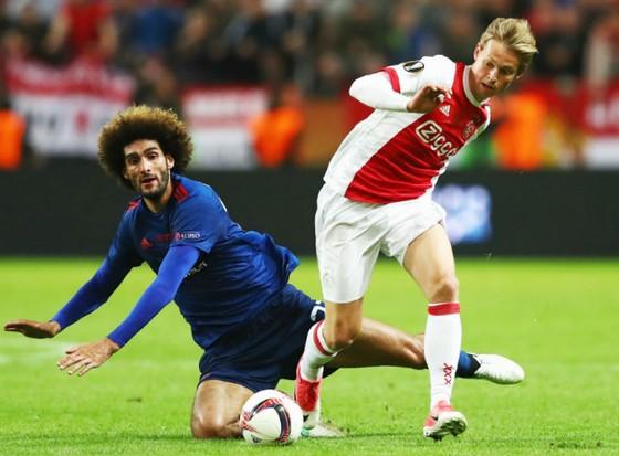 Frenkie de Jong (phải) khi đối đầu Man.United ở chung kết Europa League mùa 2016-2017. Ảnh: Getty Images