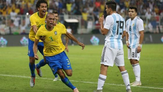 Trung vệ Miranda mừng bàn thắng duy nhất cho Brazil. Ảnh: Getty Images