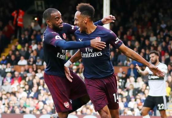 Alexandre Lacazette (trái) và Pierre-Emerick Aubameyang mừng bàn thắng. Ảnh: Getty Images